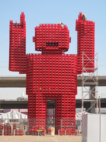 Скульптура из ящиков Coca-Cola