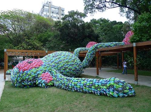 скульптура из вьетнамок