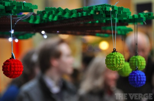 Гигантская елка, собранная из деталей Lego