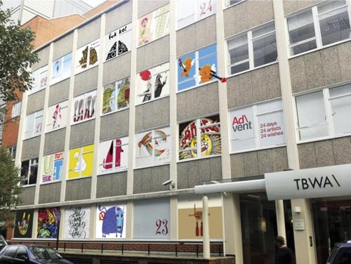 Креативное применение офисным окнам - Веселые иллюстрации на окнах TBWA London.